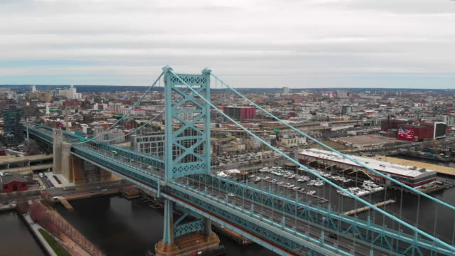stockvideo's en b-roll-footage met aerial shot of the benjamin franklin bridge and the center city in philadelphia - benjamin franklin bridge