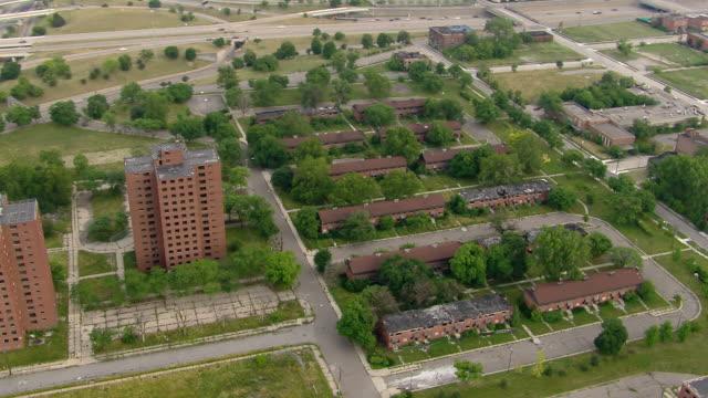 vidéos et rushes de aerial shot of the brewster douglass housing project in detroit, michigan in 2011. - detroit