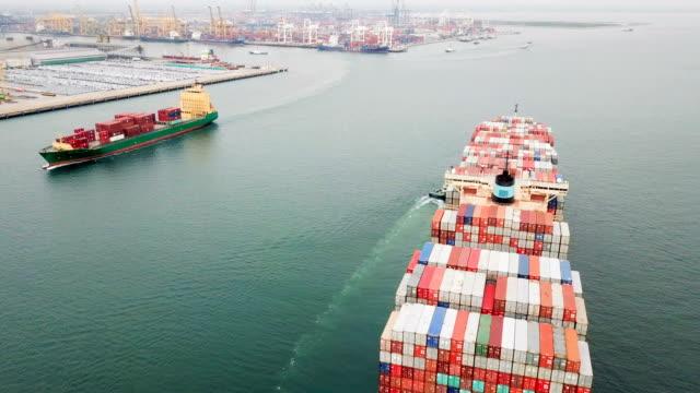 colpo aereo della nave cargo che si muove attraverso il mare. - articolo video stock e b–roll
