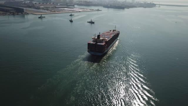 antenn skott av lastfartyg som rör sig genom havet - marknadsföring bildbanksvideor och videomaterial från bakom kulisserna