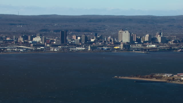 aerial shot of the city of new haven, seen from the new haven harbor. - ニューヘイブン点の映像素材/bロール
