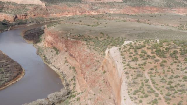 vídeos y material grabado en eventos de stock de toma aérea del río de colorado en colorado occidental - grand junction