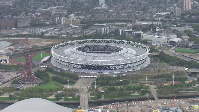 aerial shot of the london stadium home ground of west ham united football club in london england and of the queen elizabeth olympic park in stratford... - ウェストハム・ユナイテッドfc点の映像素材/bロール