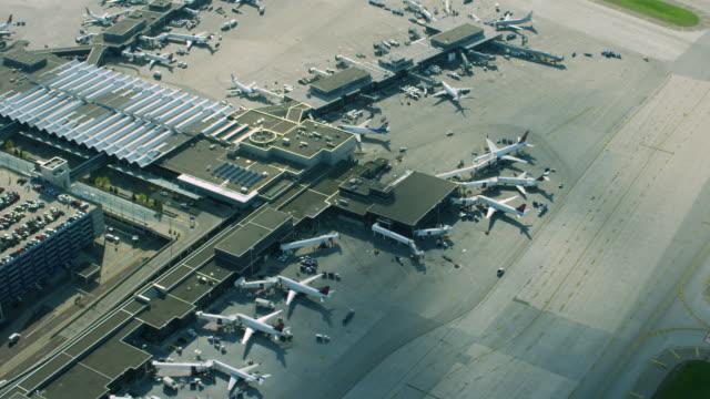 vidéos et rushes de aerial shot of the minneapolis−saint paul international airport - minnesota