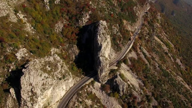 Luchtfoto van de berg en de lokale weg 4K