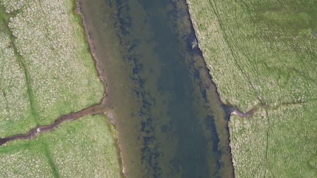 イギリス海峡に向かって蛇行河川の組み合わせることの空中ショット - サウスダウンズ点の映像素材/bロール