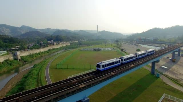 台北 mrt の空中ショットは、都市を旅行する最良の方法のひとつです。 - 台湾点の映像素材/bロール