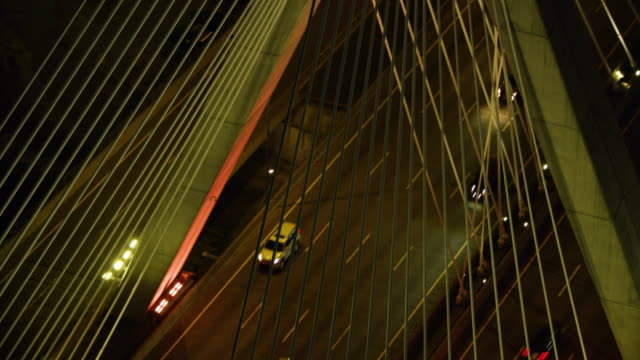 aerial shot of the traffic on the leonard p zakim bunker hill memorial bridge at night - ザキム・バンカーヒル橋点の映像素材/bロール