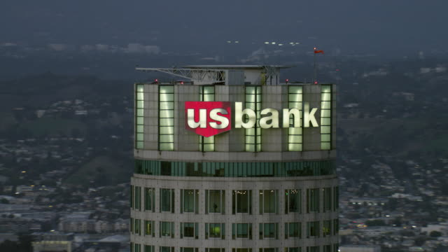 stockvideo's en b-roll-footage met aerial shot of the us bank tower in downtown los angeles. the skyscraper is one of the tallest buildings in the usa. - us bank tower