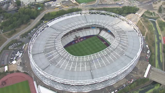 aerial shot of the west ham united stadium home ground of west ham united football club in london england - ウェストハム・ユナイテッドfc点の映像素材/bロール