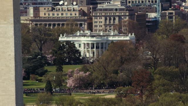 vidéos et rushes de aerial shot of the white house and washington monument, daytime dc - la maison blanche