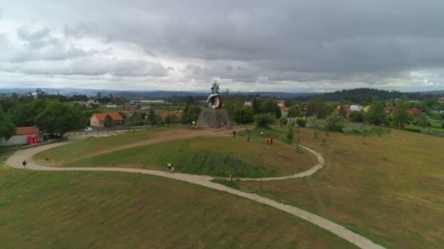 vídeos y material grabado en eventos de stock de aerial shot of tourist observing the christian sculpture of monte do gozo - santiago de compostela, spain - camino santiago