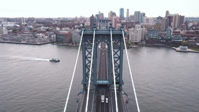 vídeos de stock, filmes e b-roll de aerial shot of traffic passing over new york city's manhattan bridge during rush hour - manhattan bridge