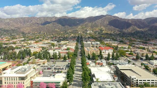 カリフォルニア州バーバンクの並木道の空撮 - バーバンク点の映像素材/bロール