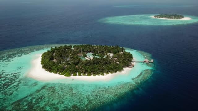 aerial shot of two small tropical islands - vabbinfaru, maldives - malediven stock-videos und b-roll-filmmaterial