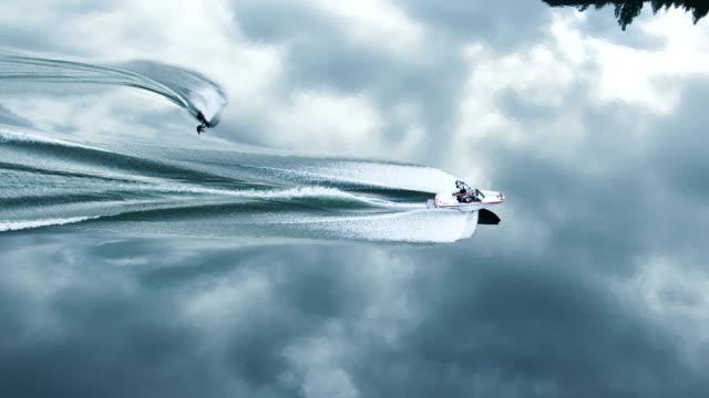 空中ショットの wakeboard トリック - ウェイクボーディング点の映像素材/bロール