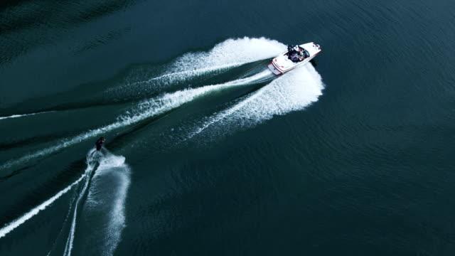 vídeos y material grabado en eventos de stock de toma cenital de surf - waterskiing