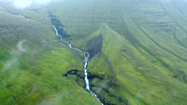 vídeos de stock e filmes b-roll de aerial shot of waterfall in iceland - vale
