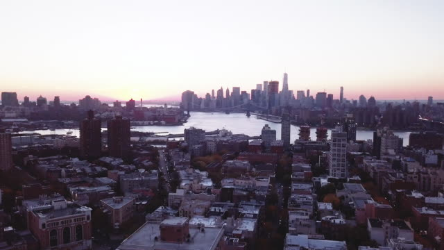 vídeos de stock, filmes e b-roll de aerial shot of williamsburg brooklyn and manhattan at sunset - williamsburg new york