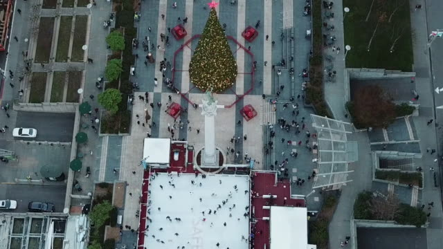 aerial shot of winter park at union square people ice skating in the park and decorated christmas tree - winter点の映像素材/bロール