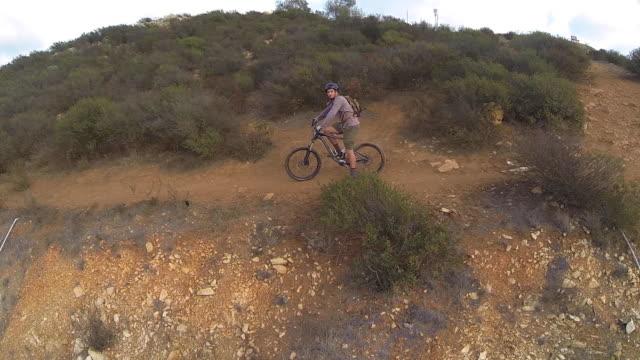 vídeos y material grabado en eventos de stock de aerial shot of young man mountain biker. - sólo hombres jóvenes