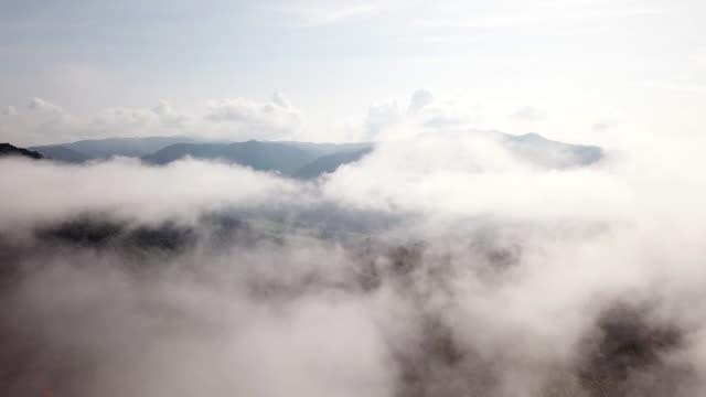 vídeos de stock e filmes b-roll de aerial shot on the clouds above the sky on the mountain - fofo texturizado