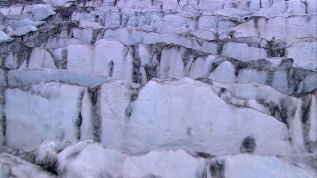 vídeos y material grabado en eventos de stock de aerial shot over a glacier in iceland. - punto de referencia natural