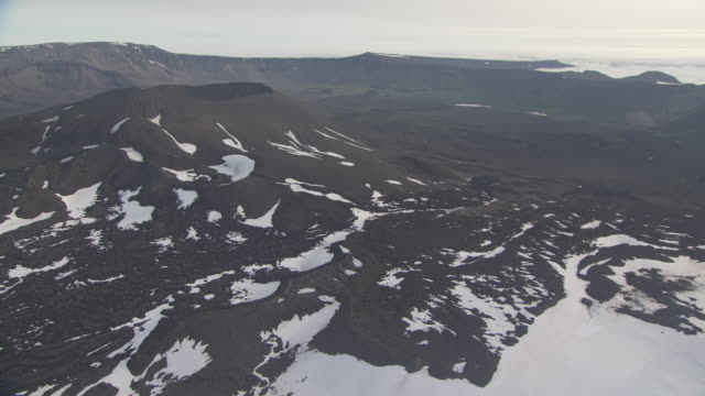vídeos y material grabado en eventos de stock de aerial shot over aniakchak caldera, alaska, september 2010 - caldera cráter