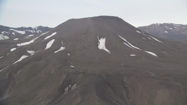 vídeos y material grabado en eventos de stock de aerial shot over ash plain towards aniakchak caldera, alaska, september 2010 - caldera cráter