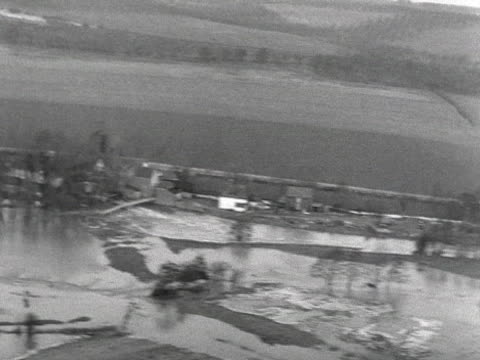 stockvideo's en b-roll-footage met aerial shot over the river stour which has burst its banks and flooded the surrounding kent countryside - omgeven