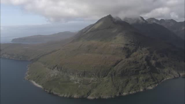 aerial shot past the mountinous coastline of skye.  - insel skye stock-videos und b-roll-filmmaterial