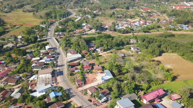 vídeos de stock, filmes e b-roll de aerial shot: phu rua cidade na província de loei na tailândia - aldeia