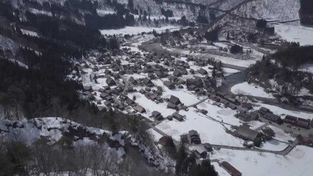 vídeos de stock, filmes e b-roll de aerial shot 4k: gassho-dukuri de shirakawago gifu, japão do património mundial de chubu - paisagem cena não urbana