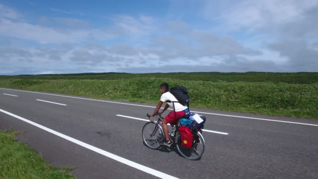 vidéos et rushes de aerial shot taken by drone:road bicycle moving along the japan sea ororon line - 20 secondes et plus