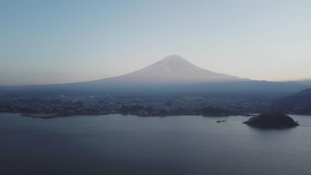空中ショットは富士山山山山山を傾ける。 - ズームイン点の映像素材/bロール