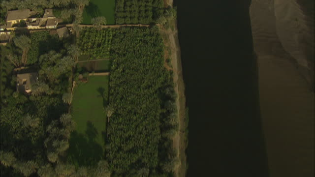 vídeos y material grabado en eventos de stock de aerial shot tracking along the banks of the nile river in egypt - egipto