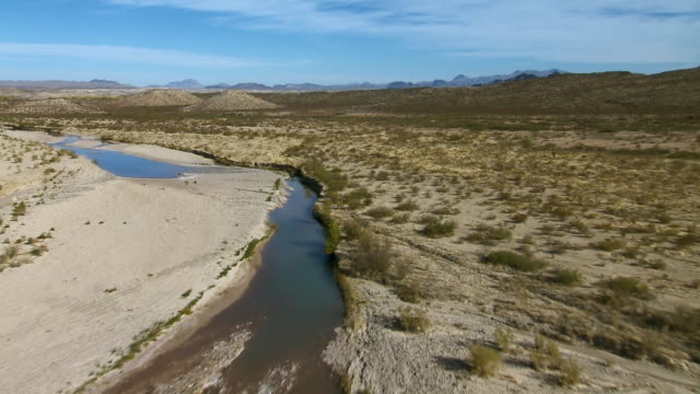 aerial shot tracking one of big bend's few sources of water, the nearly dry terlingua creek, a tributary of the rio grande. - 自然保護区点の映像素材/bロール