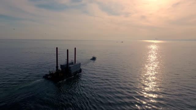 Luftaufnahme : Schlepper damit die Plattform auf das Meer