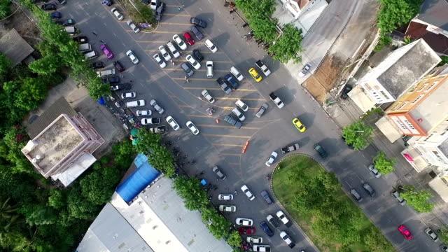 Luchtfoto schot: slechte verkeer, mensen kopen in de markt