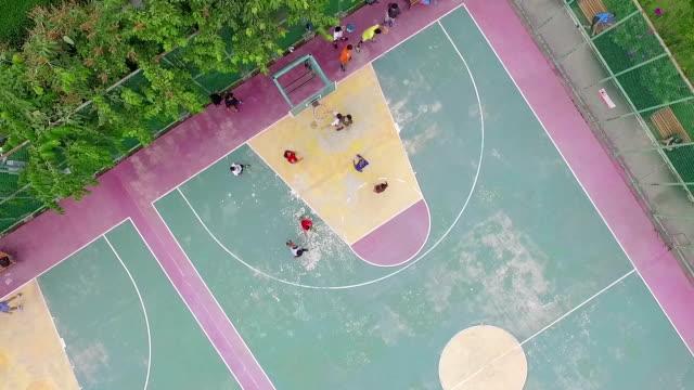stockvideo's en b-roll-footage met luchtfoto shot: play basketball - speeltuin