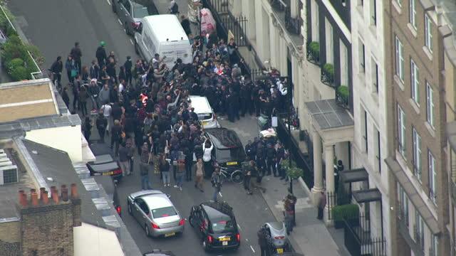 vidéos et rushes de aerial shots anti government demonstrators clashing with police students clashing with police during protest march on may 27 2015 in london england - anti aérien