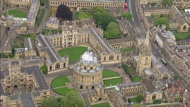 vídeos de stock e filmes b-roll de aerial shots city of oxford oxford university colleges radcliffe camera parks on may 25 2015 in oxford england - lugar genérico