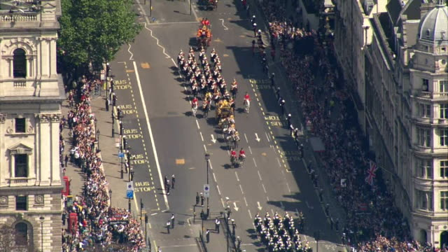 vídeos y material grabado en eventos de stock de aerial shots following queen's carriage procession in the irish state coach with household cavalry escort towards westminster on may 27 2015 in... - 2015