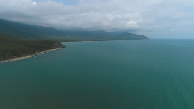 vídeos de stock e filmes b-roll de aerial shots for coastline and beaches from cairns to port douglas - vista geral