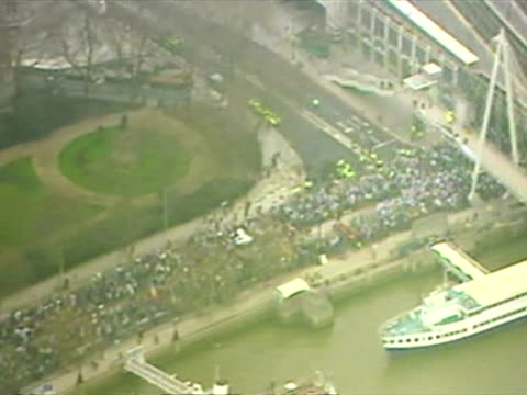 aerial shots hundreds of thousands on antiwar march along thames embankment in london to protest against invasion of iraq aerials of antiwar protest... - イラク点の映像素材/bロール