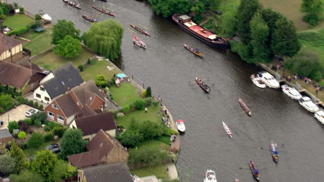vídeos de stock e filmes b-roll de aerial shots of a flotilla of boats, including the gloriana, rowing along the river thames towards runnymede during a flotilla celebrating the 800th... - magna carta documento histórico
