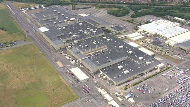 aerial shots of a honda manufacturing plant and production campus on august 5 2010 in swindon england - ホンダ点の映像素材/bロール