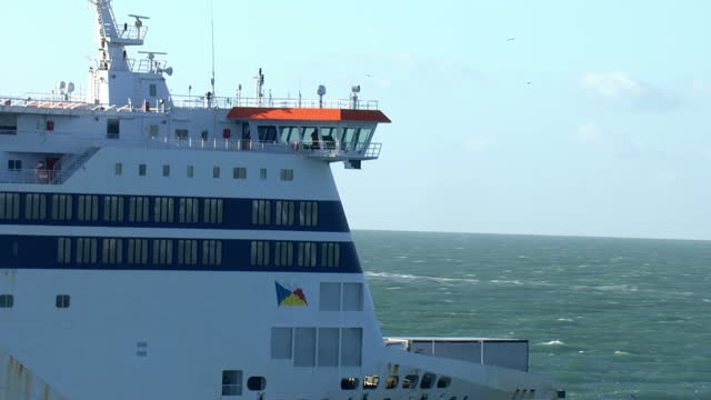 aerial shots of a po passenger ferry approaching the white cliffs of dover on january 19 2018 at sea near england - イギリス海峡点の映像素材/bロール