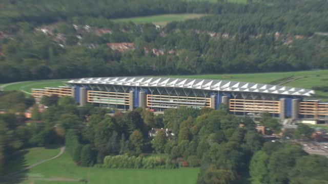 aerial shots of ascot racecourse on october 11, 2010 in ascot, berkshire, england. - ロイヤルアスコット点の映像素材/bロール