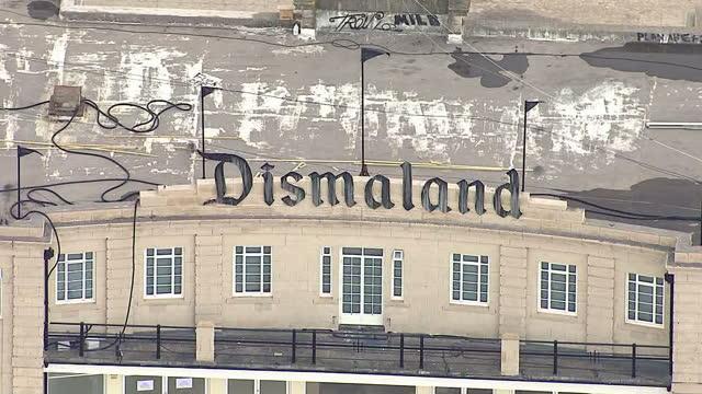 aerial shots of banksy's dismaland amusement park on august 20 2015 in westonsupermare england - バンクシー点の映像素材/bロール